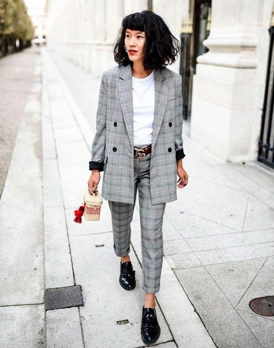 Os conjuntinhos xadrez são queridinhos do momento. Com uma camiseta branca por baixo, uma bolsa de palha e um oxford preto, o look estiloso está garantido. conjunto - alfaiataria - xadrez - look - copiar