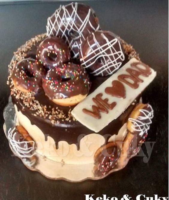 pastel de chocolate con donas