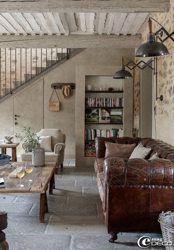 sofa, lighting, floors - L'entreprise 'B. Gulli' a créer ce plafond provençal typique des habitations du Sud de la France et pose un sol en pierre grise d'Aubroch provenant de la 'Carothèque' à Lyon