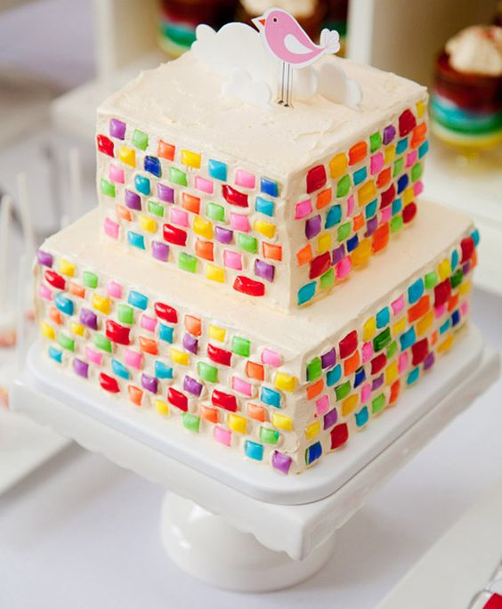 Pastel tipo azulejos para una linda fiesta de arcoiris