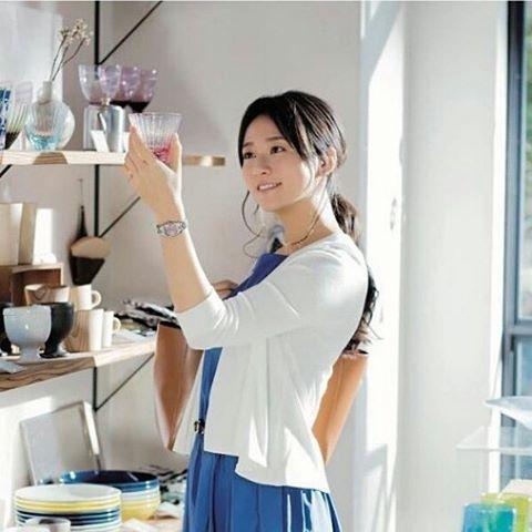 グラスを選ぶ木村文乃