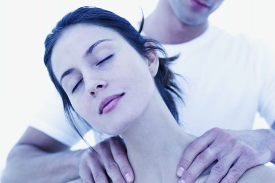 Cómo dar un masaje sensual a una mujer. Ya sea como una técnica de relajación o como parte de juegos previos, un masaje sensual es una gran manera de aumentar la intimidad en una relación. No necesitas ser un masajista experto para darle a tu mujer un placentero masaje sensual. Relájate, tómate tu ...