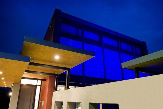 Vista des del exterior de la casa con mecanismos eléctricos de iluminación de control automàtico de Gira