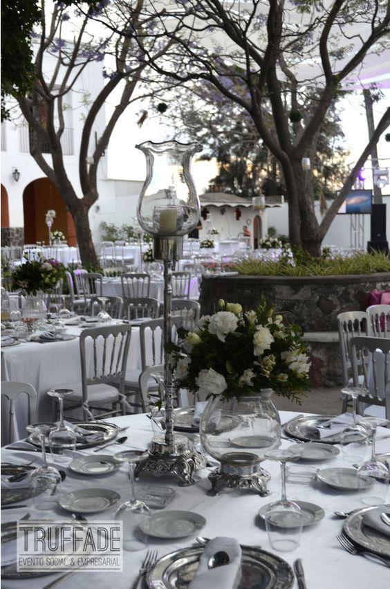 Mantel blanco shantu, plato en base redonda de pewter y silla versalles plateada