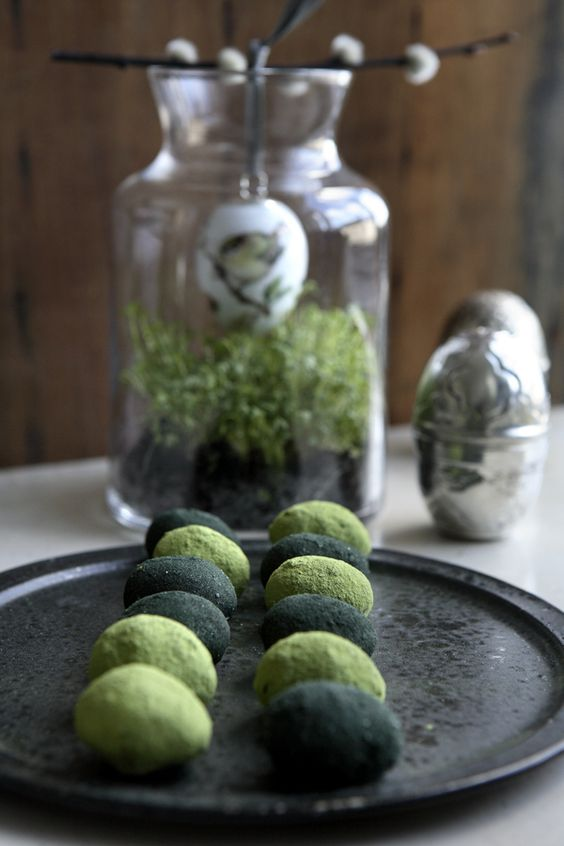 Raw treats with marcha tea and spirulina powder