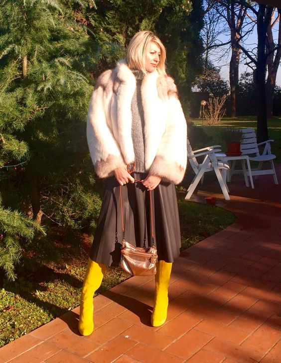 Stivali gialli, pelliccia, gonna di pelle Yellow boots, fur jacket, leather skirt