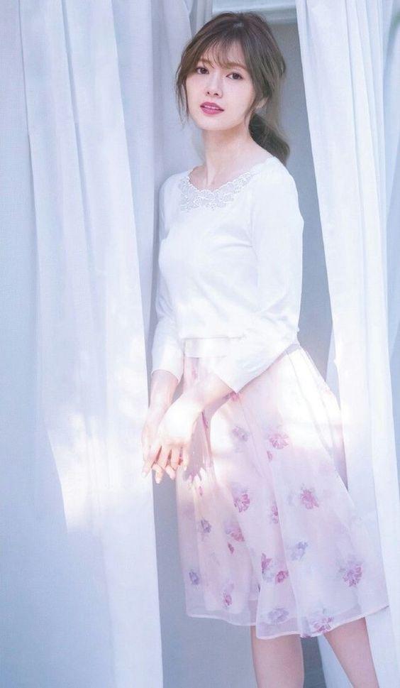 白い服に淡いピンクスカートの白石麻衣