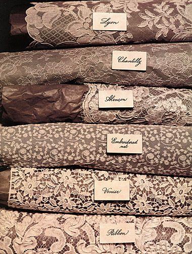 Différents types de dentelle :  Lyon, Chantilly, Alencon, Embroidered net, Venise, Ribbon
