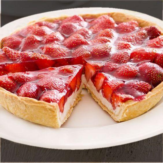 Esta tarta de yogur y fresas se elabora sin horno, con pocos ingredientes, todos sencillos. Con esta receta puedes preparar una tarta con otras frutas.