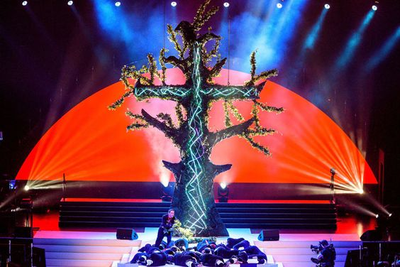 A 30-foot-tall scenic LED tree set pieceaccommodated sixmodern dancers climbing, sitting, and performing on it.