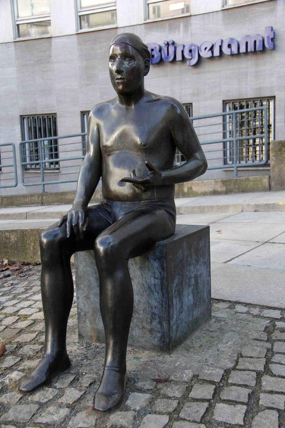 ღღ Ludmila Seefried-Matejková - Gedanken eines Mimen - a statue outside the Bürgeramt Charlottenburg-Wilmersdorf in Berlin