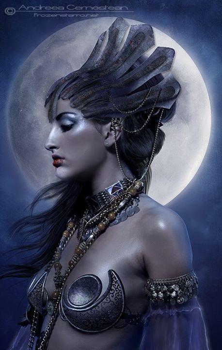 Tétis Era uma das Nereidas, filha de um dos mais antigos deuses do mar Nereu com Dóris. Ela era mãe do maior combatente da guerra de tróia, o herói Aquiles. Quando Aquiles ainda era bebê um profeta lhe disse que seu filho seria o mais famoso guerreiro da maior guerra entre mortais, mas porém morreria nesta guerra. Ela com medo levou seu filho ainda bebê ao sagrado rio estige e o mergulhou o segurando apenas pelo calcanhar sendo este local onde o jovem guerreiro levou uma flecha mortal