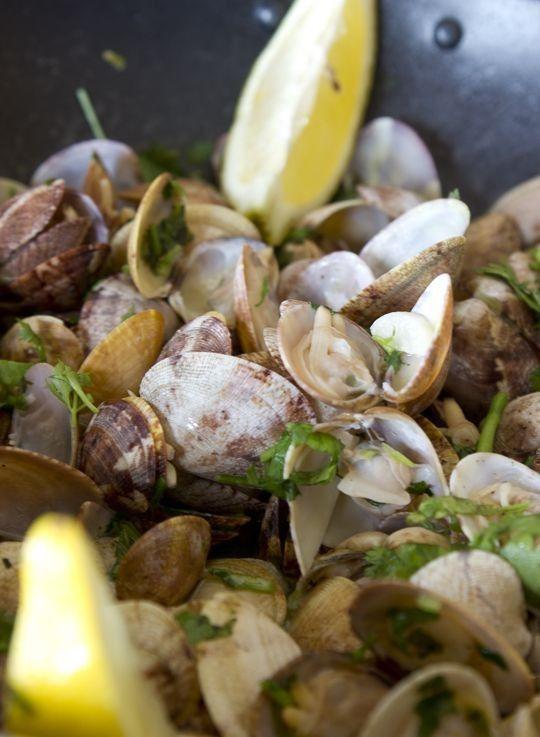 portuguese clams recipe (ameijoas à bolhão pato) #portuguese