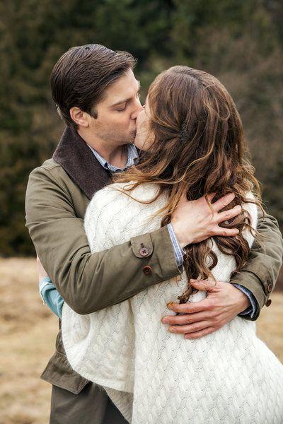 Erin Krakow and Daniel Lissing kissing