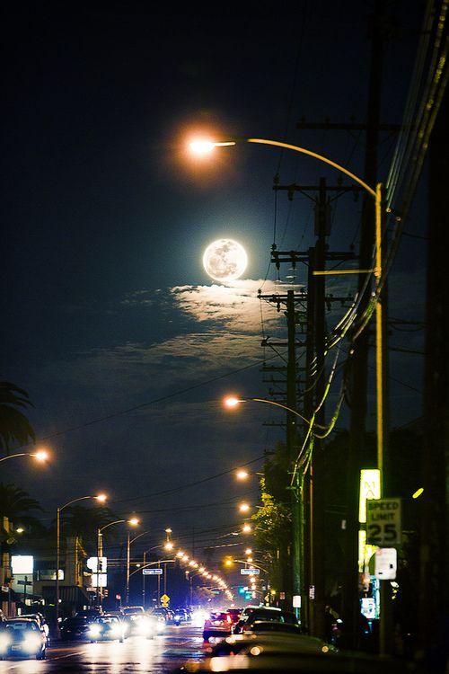 Noche urbana con luna llena