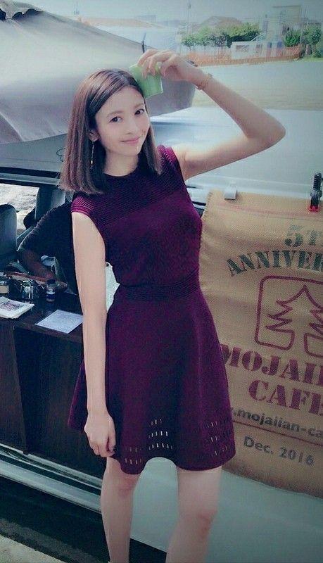 紫のワンピースを着てワンボックスカーの前に立っている片瀬那奈の画像