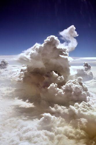 Salmo 135:5 -7 Porque yo sé que Jehová es grande, y el Señor nuestro, mayor que todos los dioses. Todo lo que Jehová quiere, lo hace, en los cielos y en la tierra, en los mares y en todos los abismos. Hace subir las nubes de los extremos de la tierra; Hace los relámpagos para la lluvia; Saca de sus depósitos los vientos.♔