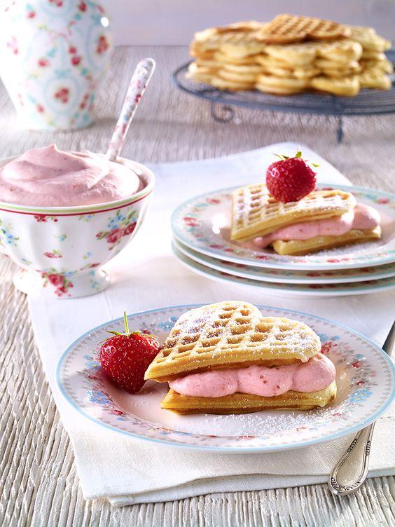 Waffeln mit Erdbeersahne Leckere Waffeln mit fruchtiger Erdbeersahne und Vanillesoße