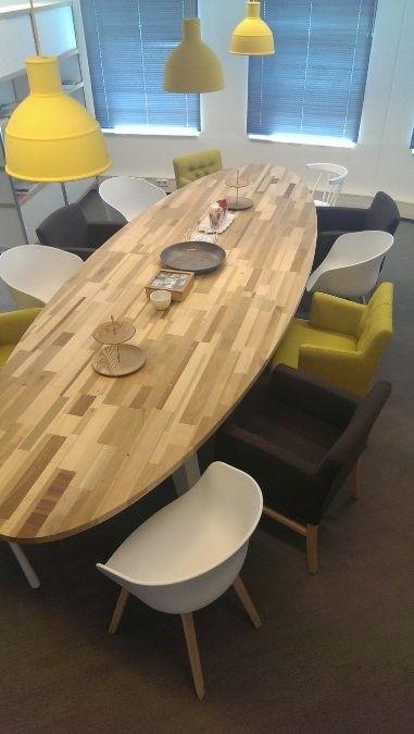 Lekkere luie, informele, ovale vergadertafel in Amsterdams Blond in de zeep. 400x150cm    Herso Meubelmakers.: