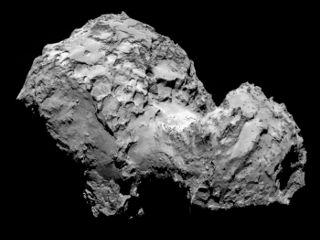 Comet 67P/Churyumov-Gerasimenko by Rosetta's OSIRIS narrow-angle camera on 3 August from a distance of 285 km. The image resolution is 5.3 m...  現在は彗星の表面から約100km離れ場所を飛んでおり、また彗星の周囲を回る軌道に入っている。今後、高度は最大50kmまで接近する予定で、また30kmにまで下げることも試みるとしている。