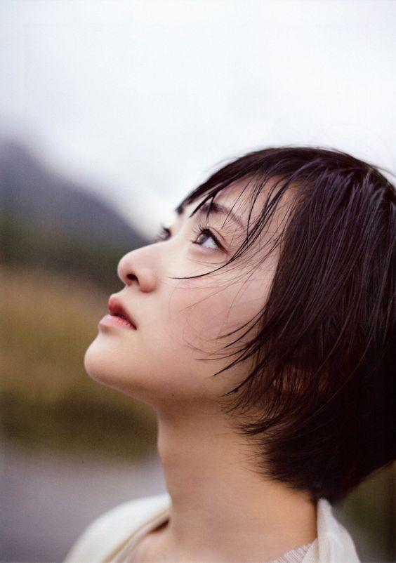空を見上げている生駒里奈