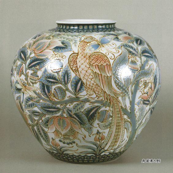 彩磁更紗花鳥文花瓶   板谷波山  大正8年(1919) 高39.0㎝ 胴径43.7㎝    ポーズの異なる2羽の尾長鳥が、蝶をくわえて花のついた枝にとまる様を、器面一杯に表す。模様は薄肉彫りで立体的につくり、そこに透明な釉薬をかけて仕上げている。上品な艶消しの葆光釉とは対照的に鮮やかな色彩が強調されたエキゾチックな作品である。なお、この図様は、彦根藩主井伊家に伝わったインド伝来の「彦根更紗」を典拠としていることが出光美術館所蔵の「模様集 巻三」のスケッチよりわかる。