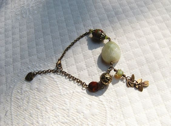 Bracelet camouflage -Pierre gemme jade non teintée kaki clair, FIMO,cristal couleur mousse, cristal monté sur : Bracelet par perles-et-petales