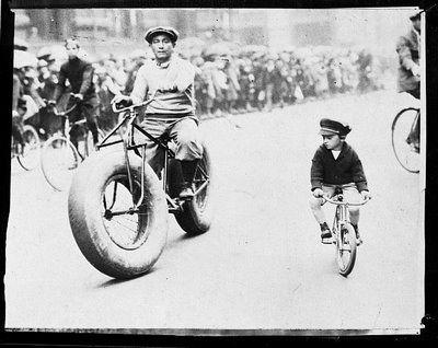 Das originale Fatbike   W. Ritchie, der famouse Kunstradfahrer, auf einem selbst gebauten Rad mit Ballonreifen