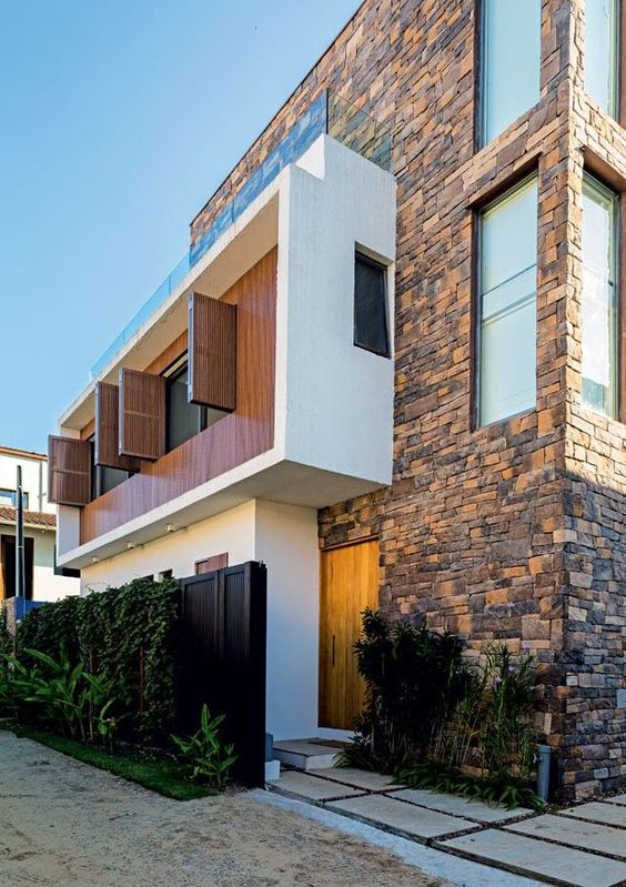 casa-de-praia-arquiteta-Marcia-Monteiro-FM-Arquitetura-fachada-frontal-pedras-janelas-verticais (Foto: Edu Castello/Editora Globo)