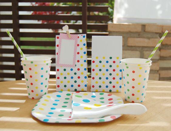 Copos de Papel, pratos de papel, guardanapos e sacolas de lembrancinhas poá colorido. Crie Festas Mágicas!