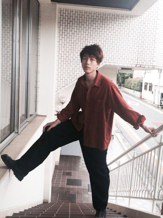 ボルドー×ブラックコーデの坂口健太郎のファッション