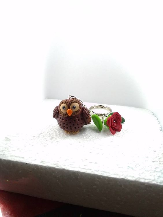 Taschenbaumler: Eule, Rose und Blätter aus Fimo handmodelliert.