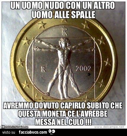 Un uomo nudo con un altro uomo alle spalle avremmo dovuto capirlo subito che questa moneta ce l'avrebbe messa nel culo
