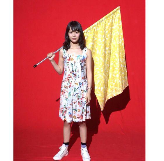 黄色い旗を持った駒井蓮
