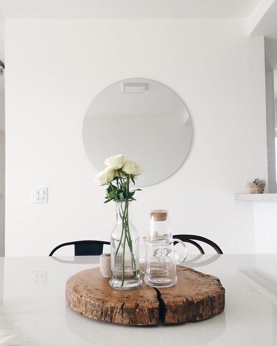 Algumas pessoas comentaram que o tamanho do espelho da sala ficou pequeno para os espaço, mas para o nosso gosto e para a proposta do apê, definitivamente: não! No começo eu nem queria colocar espelho perto da mesa de jantar porque achava (ainda acho um pouco) clichê demais e aí pesquisando alternativas (pq o Jé queria muito!) percebi que os espelhos no estilo nórdico não são exuberantes e gigantescos (diferente da maioria das decors brasileiras), mas discretos e quase sempre redondos! Amamo...: