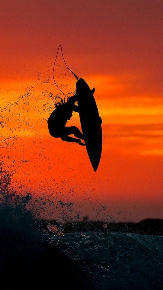 燃えるような夕陽とサーフィン