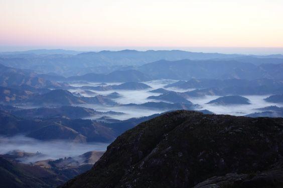 Com nuvens cobrindo as montanhas, a paisagem da Mantiqueira faz lembrar uma pintura