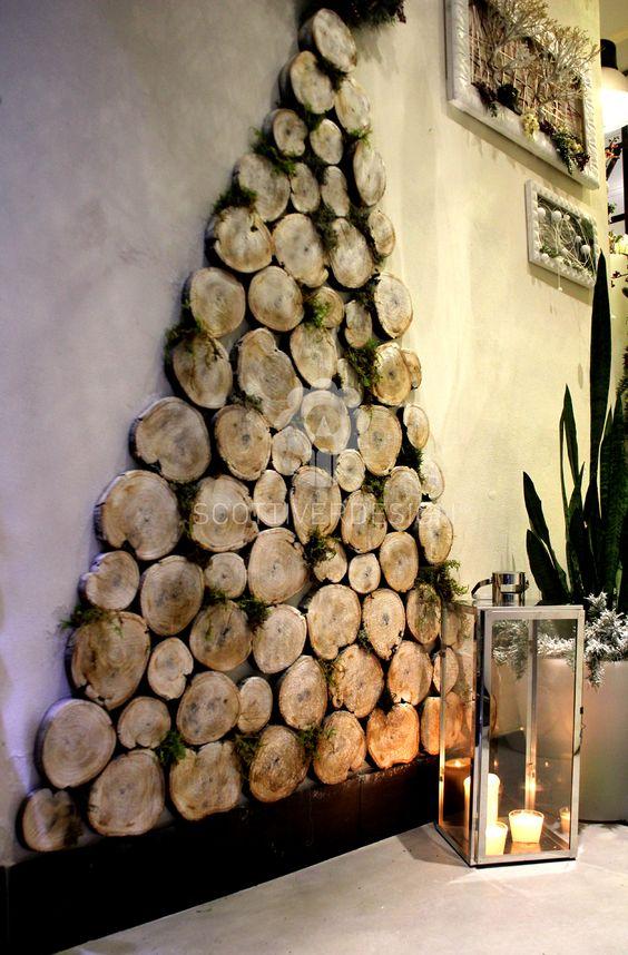 Albero di Natale realizzato a parete con tronchetti di legno e muschio ...