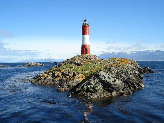 Construido entre 1918 y 1919, se ubica sobre uno de los islotes Les Esclaireus en el Canal de Beagle, en la Provincia Argentina de Tierra del Fuego, Antártida e Islas del Atlántico Sur.   Su situación geográfica es de 54º 52' S, 68º 05' W.  Foto: Ricardo Martins