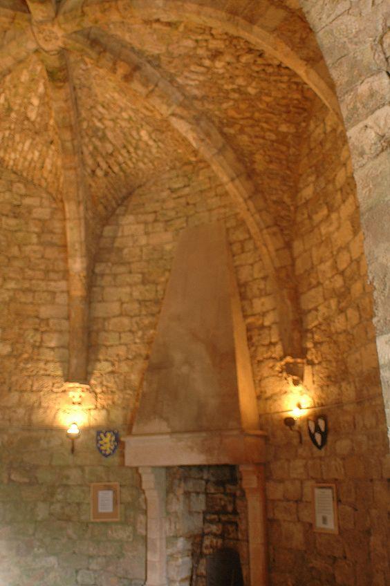 Château-fort de Dourdan (Ile de France) - cheminée du Donjon