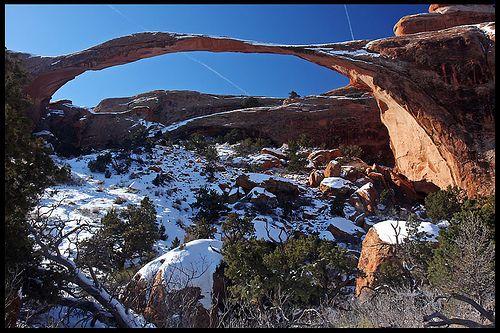Se cree que el arco está cayendo lentamente en pedazos, por lo que se ha cerrado la circulación por debajo. Aunque aún queda mucho tiempo para sacarle fotografías. En la imagen, lo observamos con nieve, un detalle que lo hace aún más sorprendente. Con o sin arcos, el paisaje no es menos encantados