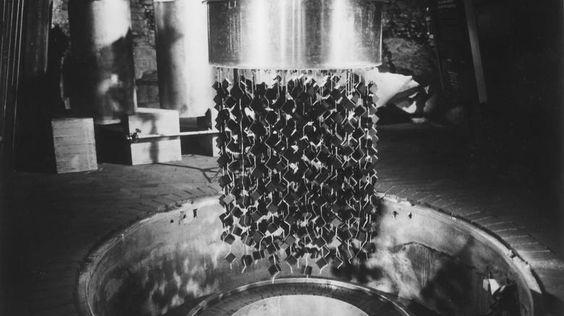 """Versuchsreaktor Haigerloch. Eine Nachbildung des letzten deutschen Versuchsreaktors im """"Atomkeller"""" im schwäbischen Haigerloch. Uranwürfel sollten – umgeben von schwerem Wasser – eine selbsttätige Kernreaktion in Gang bringen."""