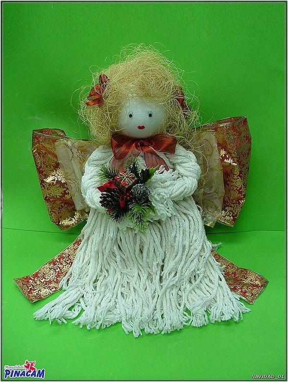 Angelito realizado con una fregona y bola de porex  www.manualidadespinacam.com #manualidades #pinacam #porex #navidad