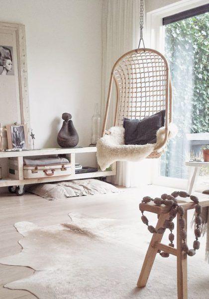 chaise suspendue rotin couleur naturelle, cosy, peaux