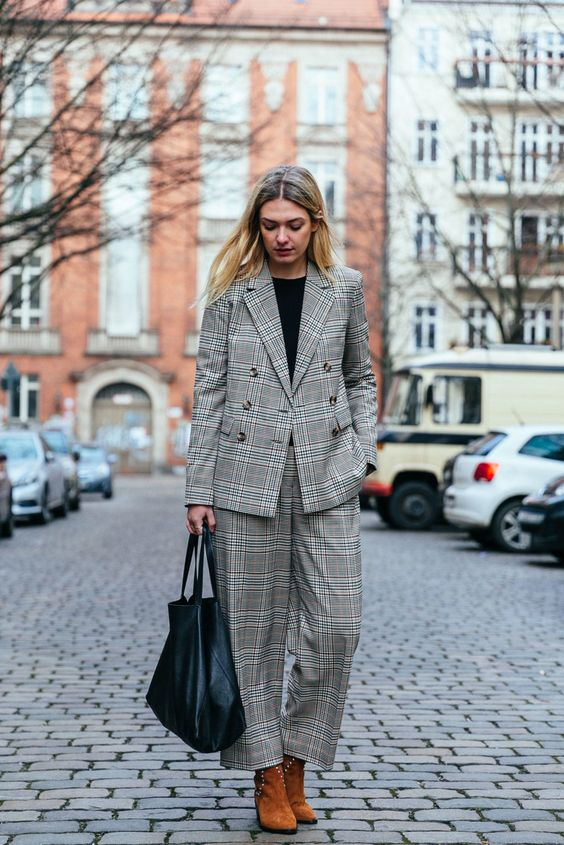 Team Journelles wears #4 – Marie Office Outfit Look im Winter. Karierter Blazer: & Other Stories, karierte Hose: & Other Stories, Shopper Tasche: Céline Cabas, braune  Ankle Boots: Ma&Lo #ootd #outfit #trend #style #look #fashion #inspiration #casual #suit #celine #cabas #businesslook #blonde #frenchchic #parisian #frenchstyl