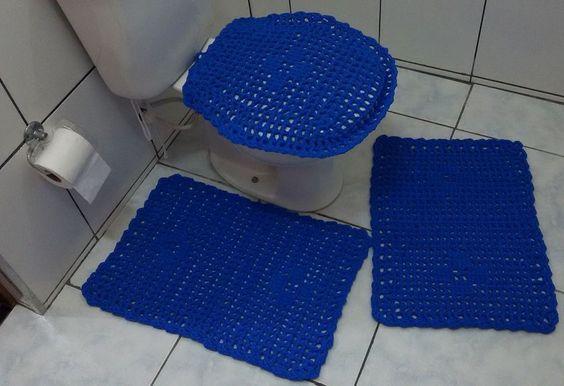 Jogo de banheiro 3 peças feito com Tiras de Tecidos (trapilhos).  1 tampa vaso (tamanho universal)  1 tapete: 0,45cm x 0,60cm  1 tapete: 0,45cm x 0,65cm.  Cor: Azul Royal.