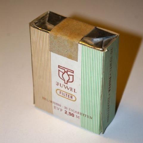 """20 Zigaretten für 2,50 DDR-Mark, so sahen """"Juwel""""-Zigaretten zu DDR-Zeiten aus. Zur Unterscheidung von """"Juwel 72"""" wurden sie oft """"Alte Juwel"""" genannt."""