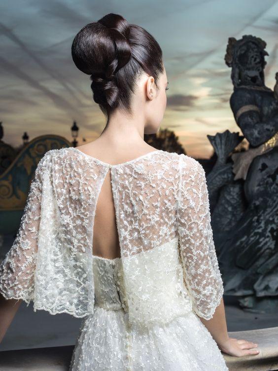 Blouse de mariée ouverte dans le dos sur une robe de dentelle