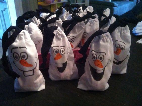 Traktatie Olaf voor op peuterspeelzaal. Zelf witte zakjes gemaakt, gezicht van Olaf er op tekenen en vullen met wat je wilt. Ik heb er een mandarijn, kleine lolly en een snoepje ingedaan.: