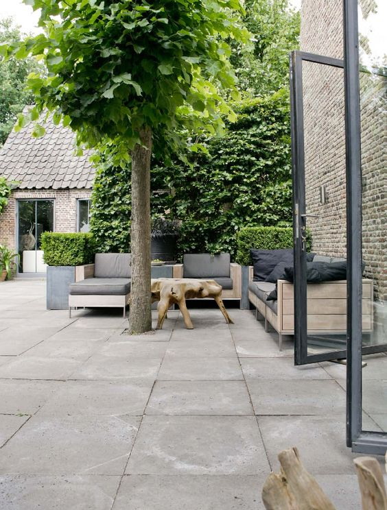 terras grote tuintegels zithoek woonboerderij van raw. Black Bedroom Furniture Sets. Home Design Ideas